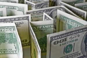Долар коливається до світових валют після зростання напередодні