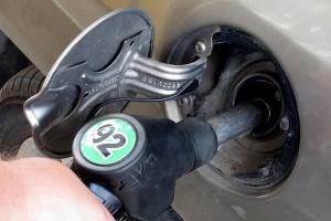 Яценюк поручил Минэнергоугля и АМКУ обсудить с операторами снижение цен на бензин