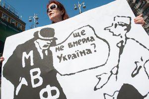 Каждый работающий украинец уже должен МВФ 650 долларов