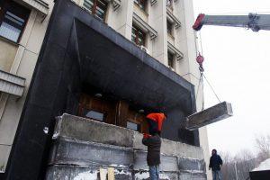 Вход в здание Сбербанка в Киеве перегородили бетонными блоками