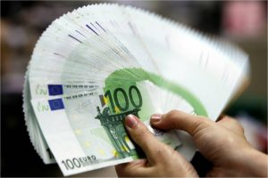 Нацбанк продолжает опускать официальную гривню к евро