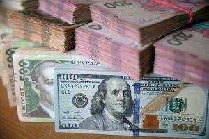 Доллар и евро подешевеют: Нацбанк укрепил официальную гривню