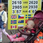 Доллар и евро подорожают: Нацбанк опустил официальную гривню