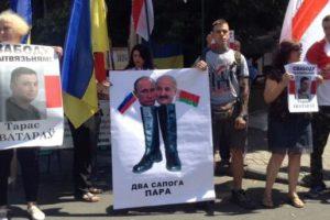 Белорусы встречают Лукашенко в Киеве плакатами с Путиным