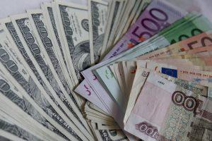 В Украине упал курс евро и вырос доллар