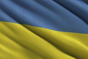 Дурной знак: самый большой флаг Украины в Мариуполе разорвало надвое