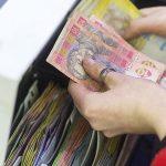 Иностранцы выводят деньги, люди скупают валюту. Почему гривня упала ниже 27