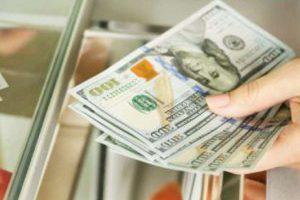Месяц начался с удешевления валюты