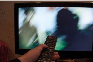 Украинцы требуют от Зеленского отобрать у олигархов телеканалы